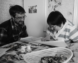 K. Klokov interviewing and doing participatory mapping with a Sami in the town of Teriberka, Murmanskaya (Photo: Dorothee Ehrich).